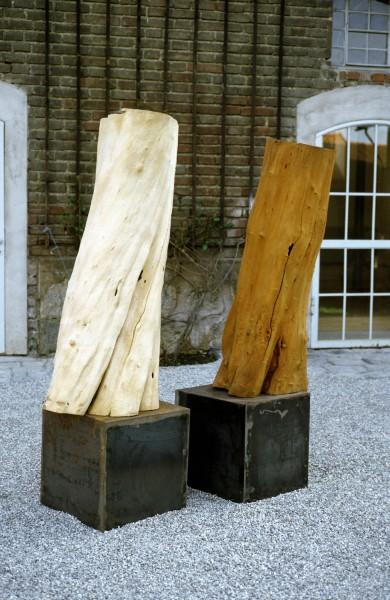 """Holzskulptur """"Körper auf rostigem Sockel SKUL 065a"""