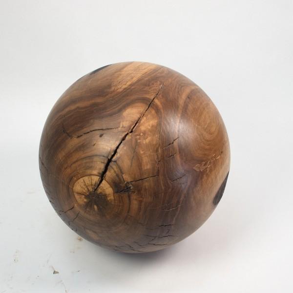 Massive Holzkugel aus Nussbaumholz / O 855