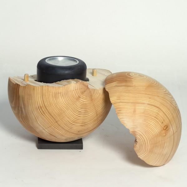 Aus einheimischem Fichtenholz im Atelier gearbeitete Schmuckurne in Kugelform für eine naturnahe Bes