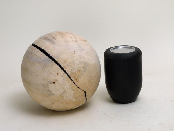 Schmuck-Urne in einer Kugelform K 117 aus einheimischem Pappelholz