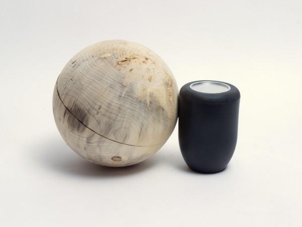 Holzurne in Kugelform aus Pappelmaser K 133