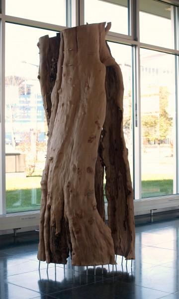 """Holzskulptur """"Hülle, durch Stäbe gehalten"""" / SKUL 093"""