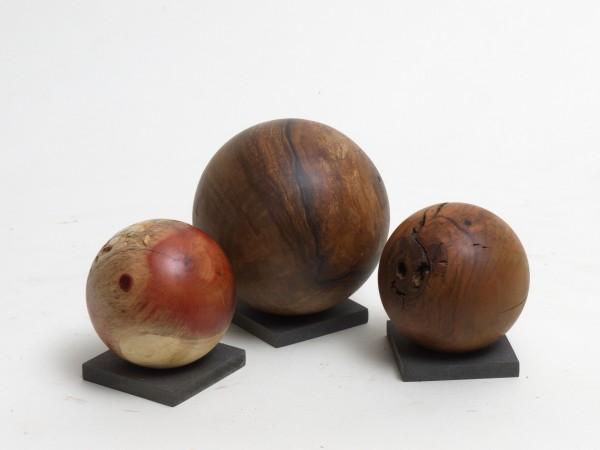 Drei Holzkugeln in der Gruppe, Gr 135