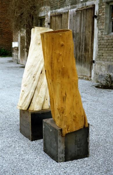 """Holzskulptur """"Körper auf rostigem Sockel SKUL 065b"""
