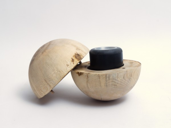 Holz-Urne in Kugelform aus Esche für eine naturnahe Bestattung - K 132