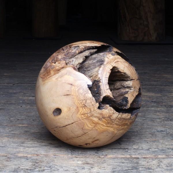 Massive Holzkugel aus Olivenholz P 017