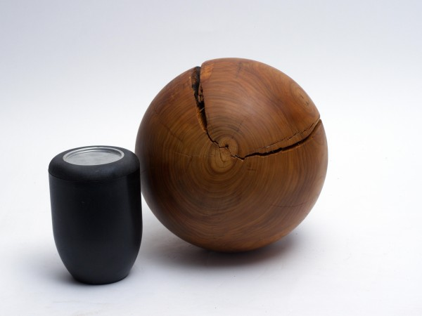 Schmuckurne in Kugelform aus Kirsche, Urne K 136