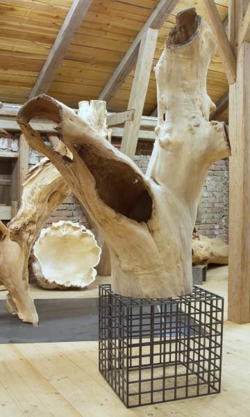 """Baumskulptur """"Ausgreifende Form auf Sockel"""" / SKUL 179"""