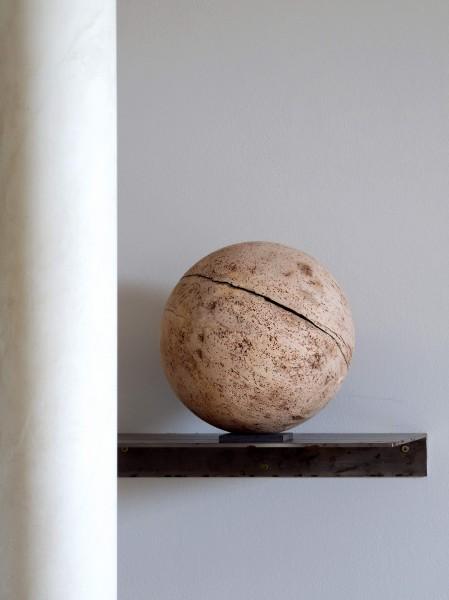 Holz-Urne als Kugel aus einheimischem Ahorn-Holz heraus gearbeitet - K 114