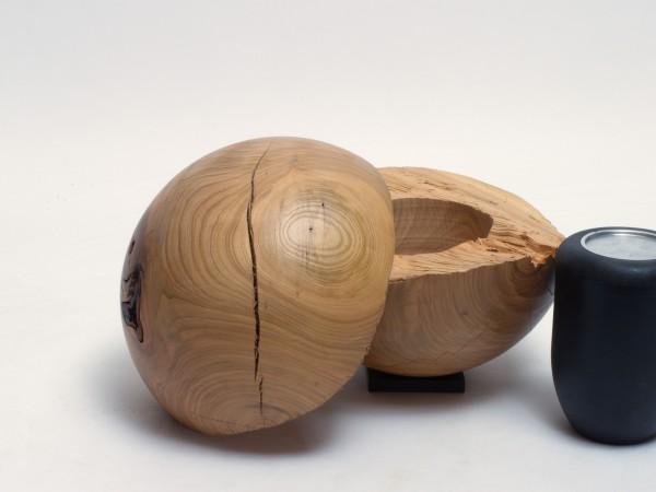 Holzurne in Kugelform aus Kirschbaum K 143