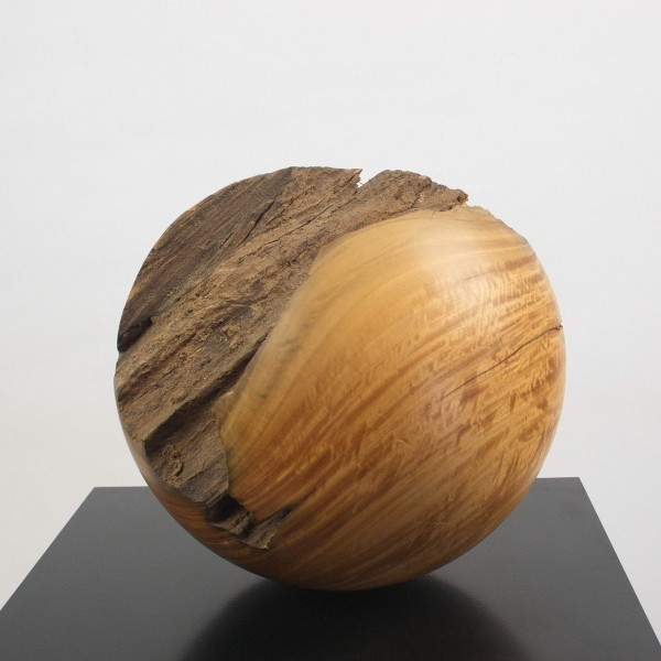 Zerklüftete Holzkugel / N 819 aus Zitronenholz